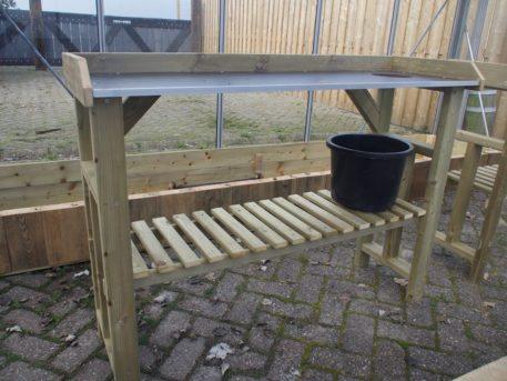 Bovenblad tuinwerktafel 125 is van betonplex