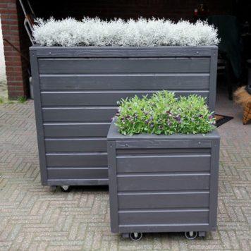 Voorste model is de vierkante plantenbak door klant zelf geschilderd