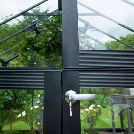 De dubbele deelbare deur van de veranda is afsluitbaar met een cilinderslot