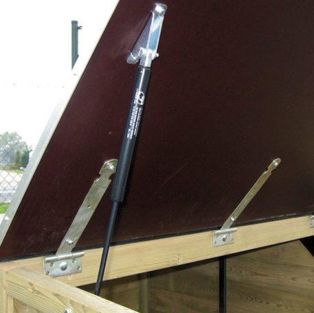 Bakfietsberging is voorzien van gasveren voor makkelijk openen en sluiten van het deksel